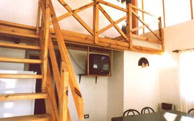 Complejo-Rayquen-Las-Grutas-Duplex-6-pax-escalera